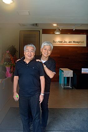 北原理事長と病院入口で